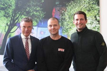 Sie freuen sich auf das Event am 3. November: Bürgermeister Christoph Tesche, Moguai alias André Tegeler und Marius Ebel vom Veranstalter aREna GmbH Recklinghausen - v.l. -