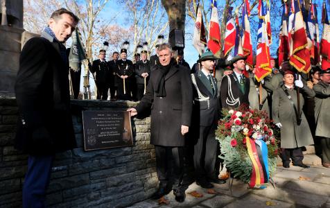 Gemeinsam enthüllten Bürgermeister Christoph Tesche und sein Amtskollege aus Douai, Frédéric Chéreau, zum Volkstrauertag die neue Gedenktafel am Stresemannplatz in Suderwich.