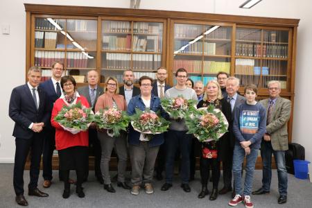 Bürgermeister Christoph Tesche und die Mitglieder der Jury aus Politik und Verwaltung verliehen im Rathaus an engagierte Bürgerinnen und Bürger, die sich auf vielfältige Weise ehrenamtlich engagieren, das Prädikat Familienfreundlich.