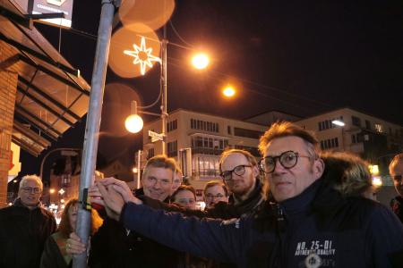 Gemeinsam mit Wolfgang Dramsch und Olaf Krekeler schaltetet Bürgermeister Christoph Tesche an der Bochumer Straße die neue Weihnachtsbeleuchtung ein.
