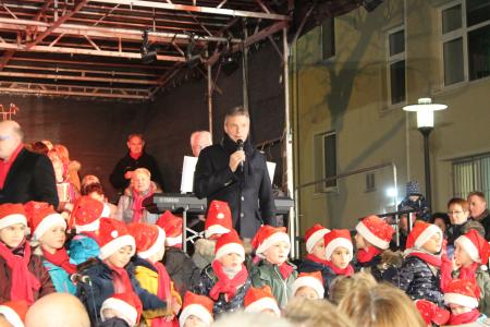 Zum Auftakt des offenen Singens auf dem Kirchplatz begrüßte Bürgermeister Christoph Tesche die Besucher und den Kinderchor Die Schnuppis.