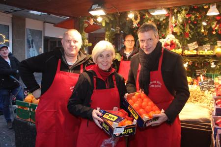 Bereits in der Woche stattete Bürgermeister Christoph Tesche dem Verkaufsteam am Obststand der Familie Reißing einen Besuch ab. Am Sonntag verkauft das Stadtoberhaupt dort mit Marco und Hanne Neumann sowie Markus Stegemann zum zweiten Male Obst für den guten Zweck.