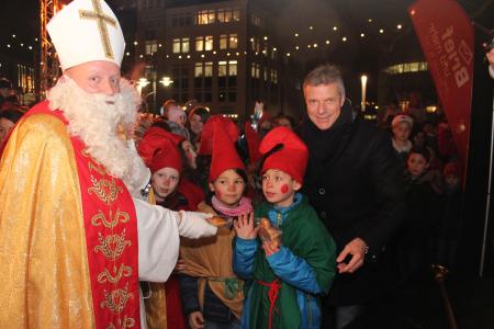 Gemeinsam verteilten der Nikolaus und Bürgermeister Christoph Tesche vor dem Rathaus kostenlose Stutenkerle. Als erste durften sich die Gnome der Kohlkamp-Schule über die Leckerei freuen.
