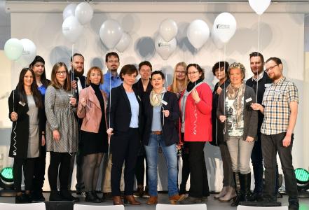 Das Team der Stadtbibliothek präsentierte sich nach stressigen Wochen kurz vor der offiziellen Eröffnung gemeinsam auf der Bühne.