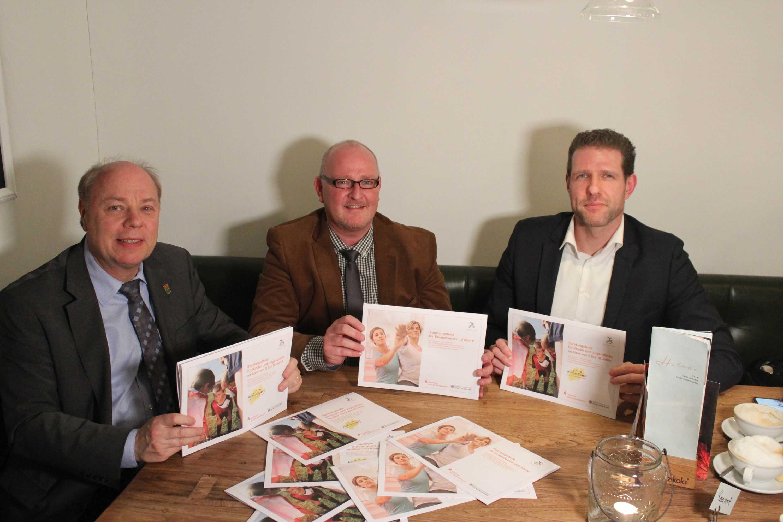Stellten die aktuellen Sportangebote für Kinder und Erwachsene vor: Erster Beigeordneter Georg Möllers (v.l.n.r.), Marc Sprick, Vorsitzender des SSV, und Daniel Gohrke, Sportkoordinator des SSV.
