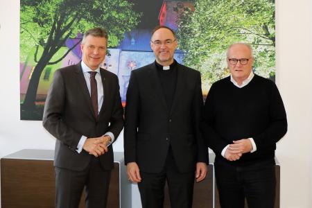 Pressefoto - Bürgermeister Christoph Tesche begrüßte den neuen Weihbischof des Kreises Recklinghausen Rolf Lohmann. Auch Kreisdechant Propst Jürgen Quante nahm an dem Treffen im Rathaus teil.