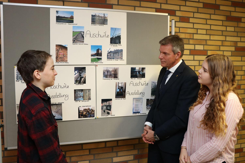 Mit Ben und Angelina tauschte sich Bürgermeister Christoph Tesche über deren Besuch in der Gedenkstätte Auschwitz aus.