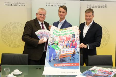 Pressefoto - Präsentierten das Veranstaltungsprogramm 2019 -  Beigeordneter Ekkehard Grunwald, Georg Gabriel, stellvertretener Fachbereichsleiter Wirtschaftsförderung, Standortmanagement, Stadtmarketing, und Bürgermeister Christoph Tesche.