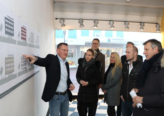 Aus erster Hand informierte sich Bürgermeister Christoph Tesche (r.) mit Altstadtmanager Jochen Sandkühler (3.v.l.) bei Investor Michael Rausch (l.) die Pläne für das ehemalige Banniza-Haus an der Kunibertistraße 1. Beim Termin waren auch Ulrike Rausch und Pia Brinkert und Dennis Korte (beide Büro RuhrIng aus Witten) vor Ort.