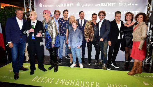 Pressefoto  Bürgermeister Christoph Tesche mit den Preisträgern und Gästen auf dem grünen Teppich des Recklinghäuser Hurz 2019.