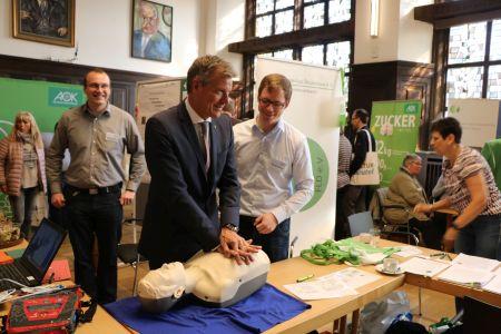 Pressefoto Bürgermeister Christoph Tesche übte sich beim 7. Gesundheitstag in der Herz-Lungen-Wiederbelebung.