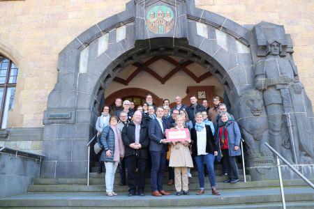 Neugierig versammelten sich die Teilnehmer der Arbeitsgruppe Öffentliche Plätze und Räume vor dem Rundgang durch die Altstadt zum Foto auf der Rathaustreppe. Foto Stadt RE