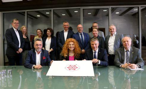 Die Absichtserklärung wurde unterschrieben von Bürgermeister Christoph Tesche, Anke Traber, Leiterin der Agentur für Arbeit Recklinghausen, und Lutz-M. Cebulla, Leiter der Familienkasse Nordrhein-Westfalen Nord.