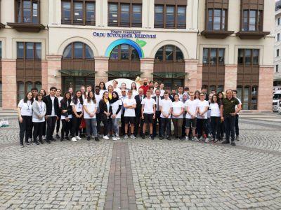Pressefoto Die Teilnehmer der Jugendbegegnungsreise vor der Großstadtverwaltung Ordu