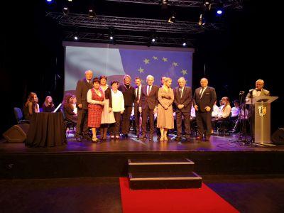 Für die Stadt Recklinghausen nahmen in Bytom der Erste Beigeordnete Georg Möllers  und Brücke-Leiterin Carmen Greine den Europapreis entgegen. Foto Stadt RE