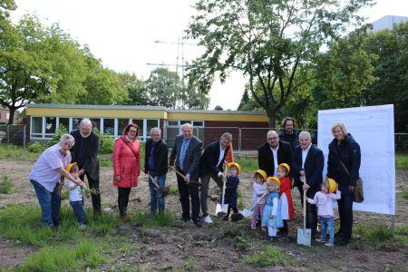 Pressefoto Vertreter aus Verwaltung und Politik freuen sich gemeinsam mit Bürgermeister Christoph Tesche, dem Ersten Beigeordneten Georg Möllers und Kindern der KiTa Uferstraße über den Beginn der Bauarbeiten.