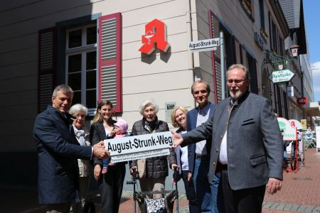 Gemeinsam mit der Familie Strunk enthüllte Bürgermeister Christoph Tesche das Straßenschild für den August-Strunk-Weg. Foto  Stadt RE