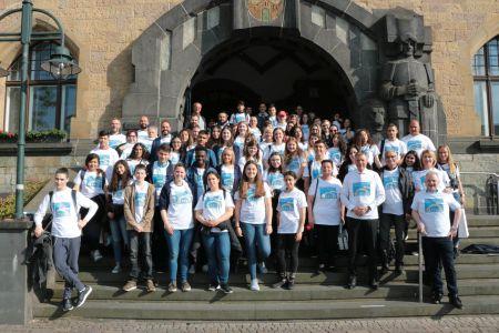 Pressefoto Bürgermeister Christoph Tesche empfängt eine Gruppe Jugendlicher aus Akko im Rathaus, die einer Sitzung des Integrationsrates im Ratssaal beiwohnen.