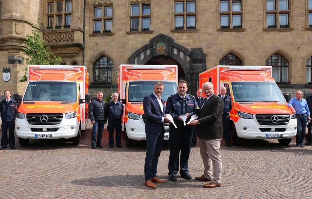 Pressefoto -  Bürgermeister Christoph Tesche, Thorsten Schild, Leiter der Feuerwehr und Ekkehard Grunwald, Beigeordneter und Stadtkämmerer präsentieren die neuen Einsatzwagen.