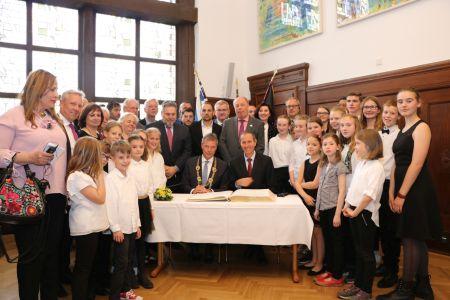Gemeinsam trugen sich die Bürgermeister Christoph Tesche und Shimon Lankri zum Ende des Festaktes mit den anderen Gästen in das Goldene Buch der Stadt ein.
