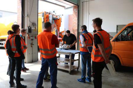 Pressefoto  Die interessierten Besucher haben sich in den Werkstätten der KSR direkt vor Ort über die verschiedenen Ausbildungsmöglichkeiten in handwerklichen Berufen informiert.