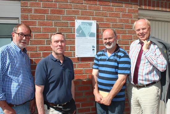 Die neue Infotafel am Kirchplatz stellten Theo Kemper, Arno Straßmann, Jürgen Pohl und Georg Möllers vom Vorstand des Vereins für Orts- und Heimatkunde vor.