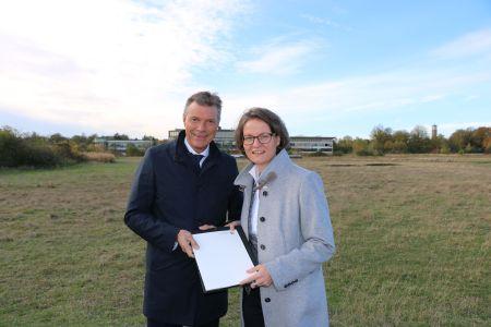 Bereits im Herbst 2018 übergab Ministerin Ina Scharrenbach einen ersten Förderbescheid für die Hillerheide an Bürgermeister Christoph Tesche. Foto Stadt RE