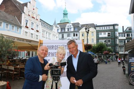 Bürgermeister Christoph Tesche stellte gestern mit Regisseur Georg Sommer und der charmanten Moderatorin Amanda Hallmann den neuen Imagefilm der Stadt vor. Foto - Stadt RE