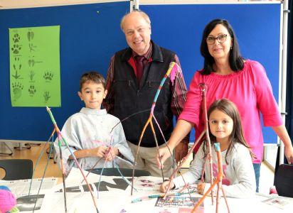 Pressefoto - Offener Ganztag - Gabi Klasmann, Leitung der Einrichtung, und der Erste Beigeordnete Georg Möllers sahen sich die kreativen Ergebnisse der Kinder an.