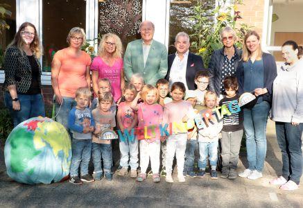 Pressefoto - Der Erste Beigeordnete Georg Möllers kündigt gemeinsam mit Volker Hülsmann, Fachbereichsleiter Kinder, Jugend und Familie, und Vertreterinnen des Kinderschutzbundes, der UNICEF-Arbeitsgruppe und des Familienzentrums St. Christopherus, das Familienfest an.