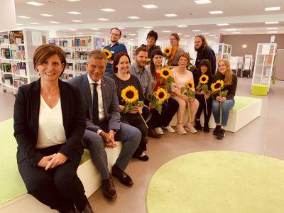 Zu ihrem Einstand als neue Leiterin der Stadtbibliothek gab es für Anke Link von ihrem Team Blumen. Bürgermeister Christoph Tesche war der erste Gratulant. Foto Stadt RE