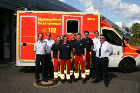 Pressefoto Feuerwehrleiter Thorsten Schild, sein Stellvertreter Daniel Richmann  und weitere Vertreter der Feuerwehr Recklinghausen beglückwünschten die frisch examinierten Notfallsanitäter und begrüßten die neuen Auszubildenden.