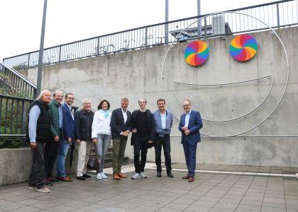Pressefoto -  Bürgermeister Christoph Tesche und der Künstler Jan Hoeft stellten mit VertreterInnen aus Verwaltung und Politik das neue Kunstwerk vor.