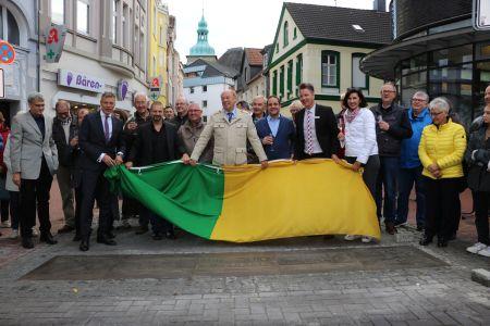 Pressefoto -  Bürgermeister Christoph Tesche präsentierte gemeinsam mit VertreterInnen aus Politik und Verwaltung, der Kulturstiftung der Stadtsparkasse Recklinghausen und der Agentur crosscreative die neue Bodenplatte am Lohtor.
