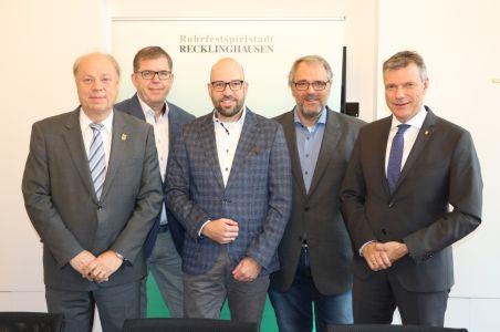 Pressefoto - Bürgermeister Christoph Tesche stellte den neuen Leiter der VHS, Dr. Ansgar Kortenjann, gemeinsam mit dem Ersten Beigeordneten Georg Möllers, Martin Gohrke, Fachbereichsleiter Bildung und Sport, und dem Vorsitzenden des Schulausschusses, Benno Portmann, vor.