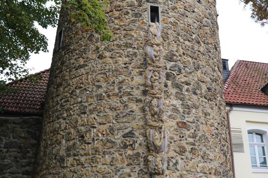 Pressefoto - Der rund sechs Meter lange Rapunzel-Zopf ist vom 18. Oktober bis zum 3. November am Stephansturm der Engelsburg zu sehen.