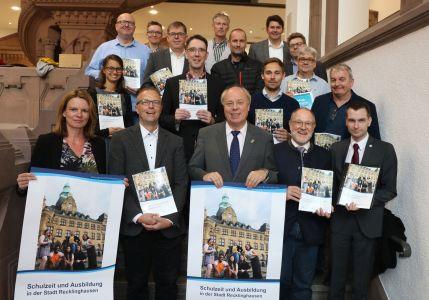 Pressefoto - Stellten den Ratgeber vor - die SchuleiterInnen der Recklinghäuser Grundschulen und weiterführenden Schulen.