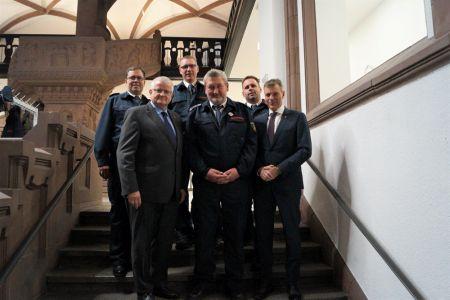 Sie dankten Löschzugführer Wilhelm Frevel - vorne Mitte -  für sein Engagement: Andreas Schulte Sasse, Beigeordneter Ekkehard Grunwald, Andreas Eilhard, Thorsten Schild und Bürgermeister Christoph Tesche.