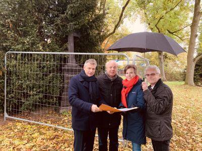 Bei einem Ortstermin stellten Bürgermeister Christoph Tesche, der erste Beigeordnete Georg Möllers, Denkmalpflegerin Luitgard Péron und KSR-Chef Uwe Schilling die Pläne für den Lohtor-Friedhof vor. Foto  Stadt RE