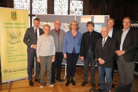 Engagiert diskutieren die durch den Seniorenbeirat eingeladenen Fachleute im Rathaus über das Thema Organspende. Foto Stadt RE