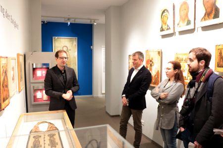 Pressefoto - Ausstellung Dr. des. Lutz Rickelt, Leiter des Ikonen-Museums, gemeinsam mit Bürgermeister Christoph Tesche bei der Vorstellung der Ausstellung.