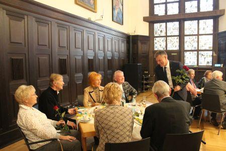 Pressefoto -  Bürgermeister Christoph Tesche beglückwünschte die Hochzeitsjubilare und kam mit ihnen ins Gespräch.