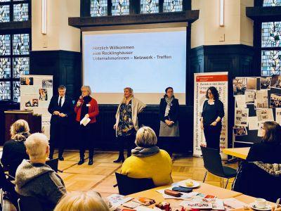 Auf dem Foto von l.n.r. -  Bürgermeister Tesche, Gabriele Steuer, Ariane Hohengarten, Jutta Beyrow - ebenfalls Organisatorin - und Melanie Murek