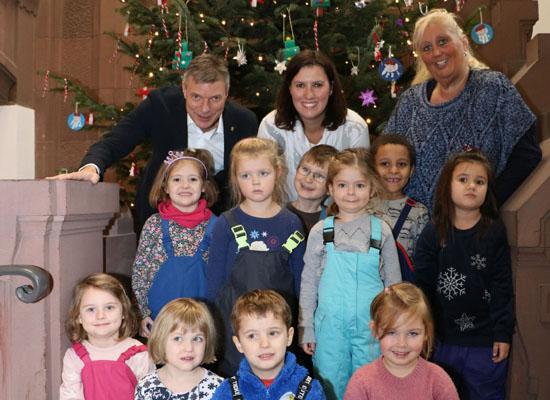 Die Kinder aus dem Pauluskindergarten schmückten gemeinsam mit Bürgermeister Christoph Tesche den Weihnachtsbaum im Rathaus.