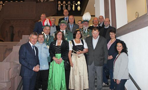 Bürgermeister Christoph Tesche (l.) verlieht mit Barbara Ehnert (r.), Referentin für Behindertenangelegenheiten die Urkunden.