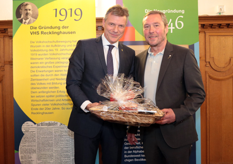Bürgermeister Christoph Tesche verabschiedet den langjährigen Leiter der VHS, Jürgen Pohl, in den Ruhestand