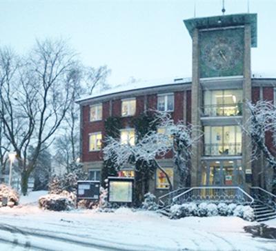 Auf dem Bild: Waltroper Rathaus im Schnee (Foto: Stadt Waltrop)