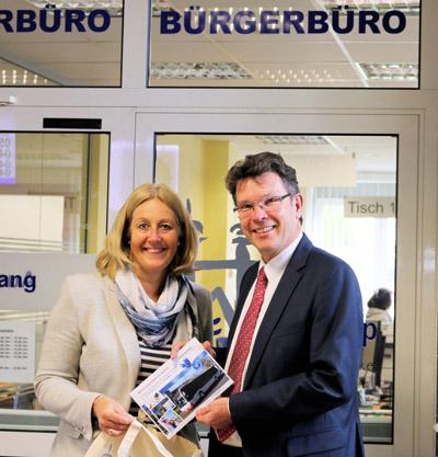 Waltrops Bürgermeisterin Nicole Moenikes mit dem Geschäftsführer der Vestischen Martin Schmidt