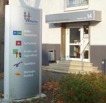Auf dem Bild: Eingang zum Haus der Bildung in der Ziegeleistraße 14. Foto: Stadt Waltrop.