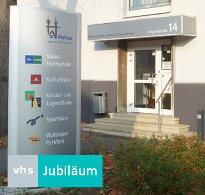 Auf dem Bild: Haus der Bildung und Kultur. Schrift im Bild: VHS Jubiläum.